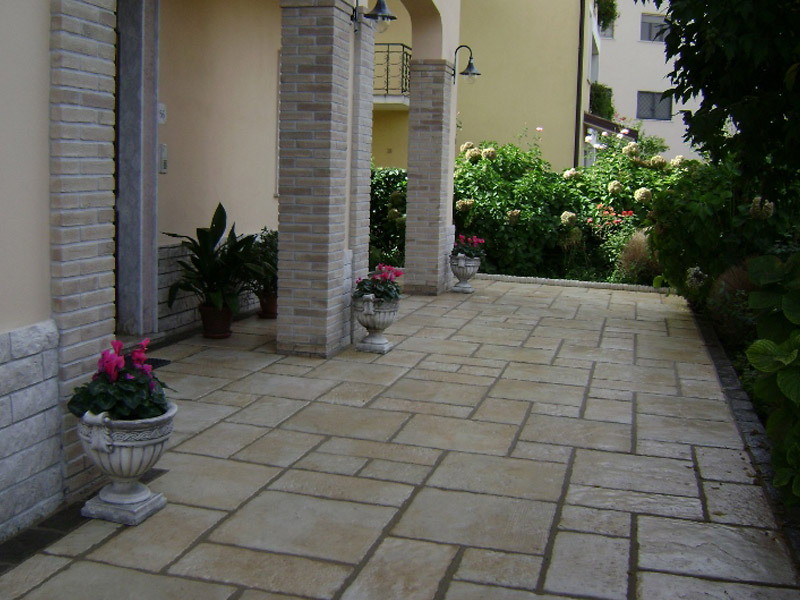 Parisian Paving with Dale Copings